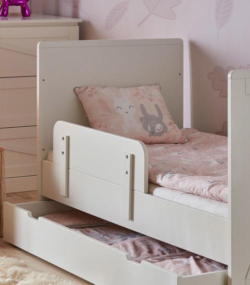 Biała barierka zabezpieczająca do łóżeczka dziecięcego