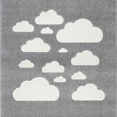 Przepiękny szary dywan dziecięcy w białe chmurki nada niepowtarzalnego charakteru każdemu pokoikowi dziecięcemu.