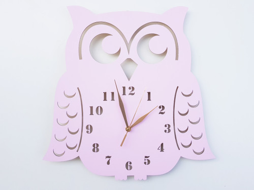 Zegar ścienny w stylu skandynawskim do pokoju dziecinnego. Sowa w kolorze różowym.
