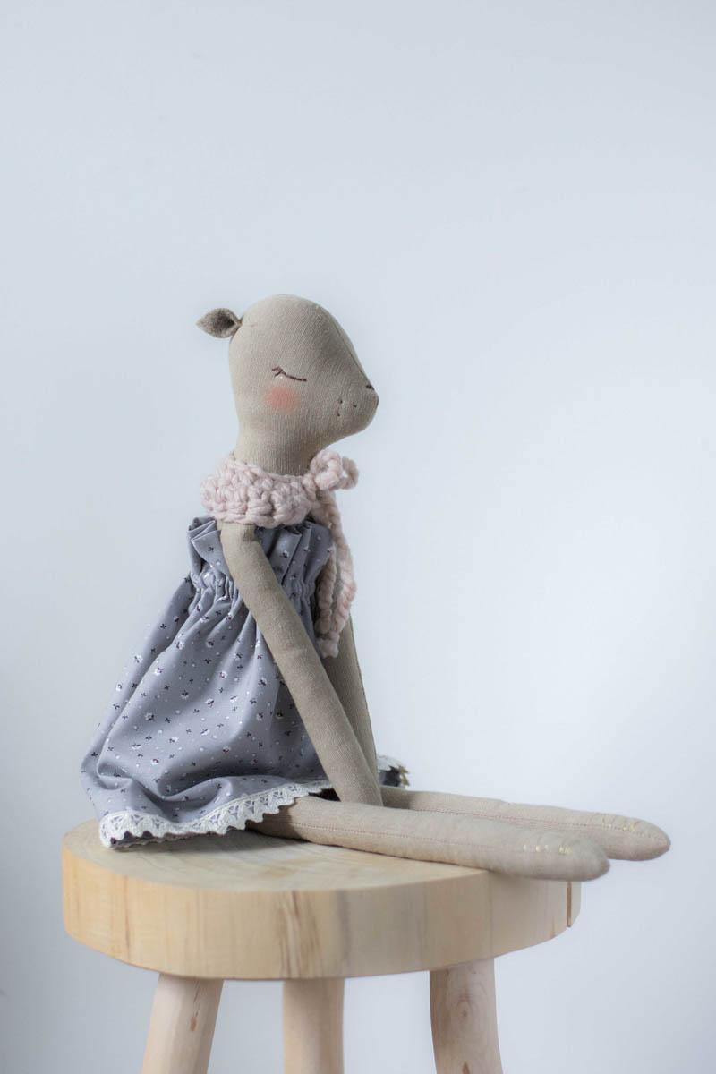 Przytulanka Sarna Flora w sukience z bawełny organicznej w kolorze sarym w drobne pastelowe kwiatuszki.