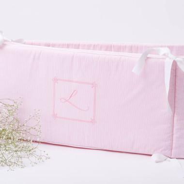 Delikatny różowy ochraniacz na szczebelki do łóżeczka dla dziewczynki- elegancki z haftem