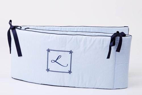 Błękitny/niebieski ochraniacz na szczebelki do łóżeczka dziecięcego-granatowe kokardki i lamówka