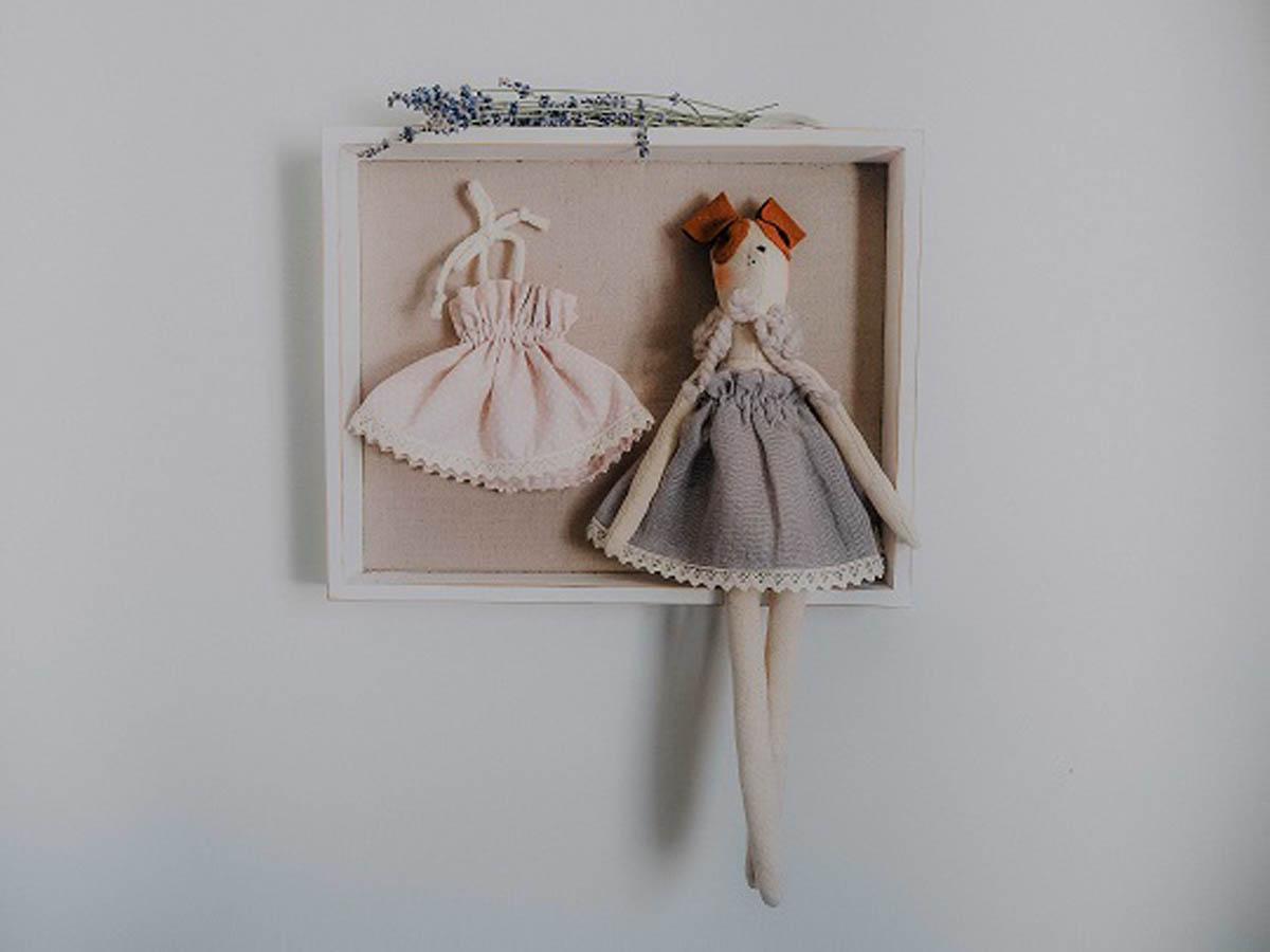 Przytulanka Luna.Uszyta z tkaniny bawełnianej, ubrana w lnianą sukieneczkę wykończoną bawełnianą koronką.