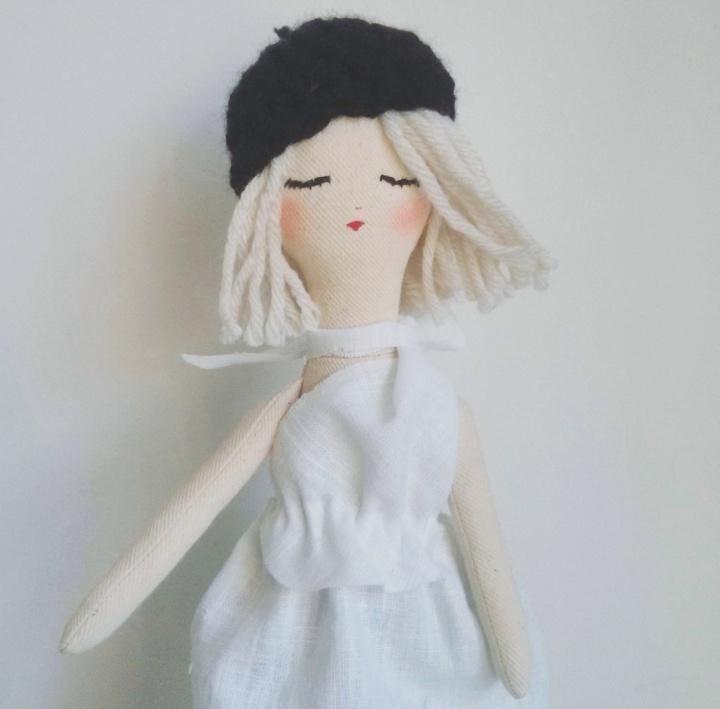 Przytulanka lalka Paryżanka, ubrana w białą lnianą sukienkę, czarny beret wykonany na szydełku :)
