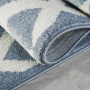 Przepiękny niebieski dywan dziecięcy w białe zygzaki nada niepowtarzalnego charakteru każdemu pokoikowi dziecięcemu.