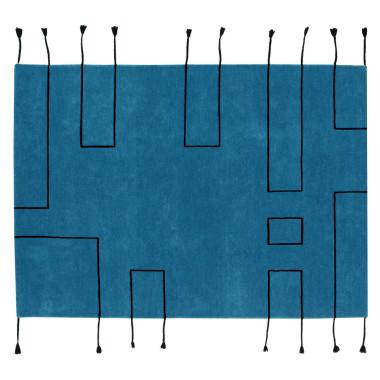 Dywan w stylu skandynawskim, niebieski z czarnymi liniami.