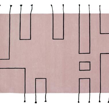 Dywan w stylu skandynawskim, różowy z czarnymi liniami.