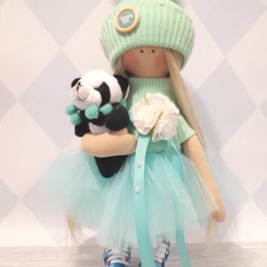 Piękna laleczka z misiem pandą ubrana w pastelowe ubranka. Laleczka została ręcznie uszyta.