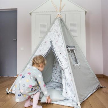 Szary namiot tipi w kwiaty/magnolie do pokoju dziecka. Namiot posiada okienko i wykończony jest pomponami.