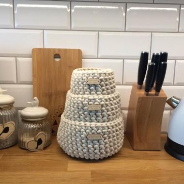 Jednokolorowe, naturalne/kremowe, miękkie koszyki wykonane ze sznurka bawełnianego. Dekoracja lub do sposób przechowywania różnych drobiazgów.