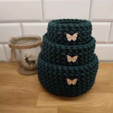 Koszyczek w kolorze butelkowej zieleni wykonany z bawełnianego sznurka. Idealny na drobiazgi i jako ozdoba wnętrza.