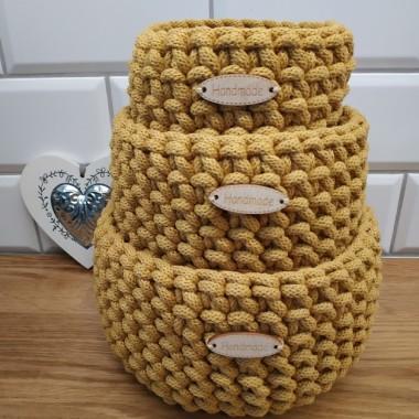 Jednokolorowe, musztardowe, miękkie koszyki wykonane ze sznurka bawełnianego. Dekoracja lub do sposób przechowywania różnych drobiazgów.