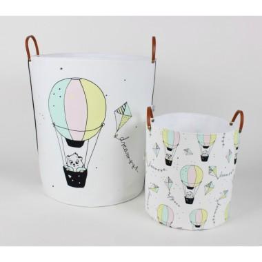Kolorowe kosze/okrągłe pojemniki na zabawki do pokoju dziecka z kotkiem w balonie i latawcami. Idealne na zabawki i inne akcesoria.