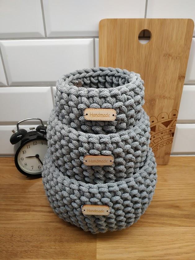 Koszyczek w kolorze szarym wykonany z bawełnianego sznurka. Idealny na drobiazgi i jako ozdoba wnętrza.