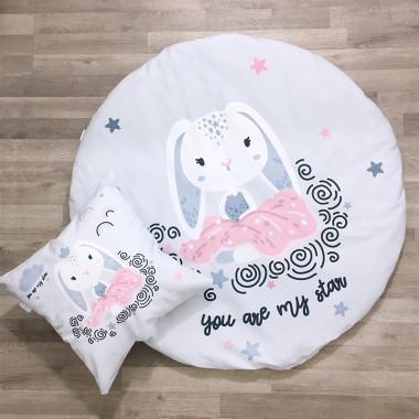 Wyjątkowa i funkcjonalna mata dziecięca Bajeczne Króliczki oraz różowe minky w gwiazdki, w komplecie z poduszką ozdobną.