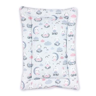 Mięciutka mata na przewijak z wysokogatunkowej bawełny z cyfrowym nadrukiem w Bajeczne Króliczki oraz minky w gwiazdki w różowym kolorze.