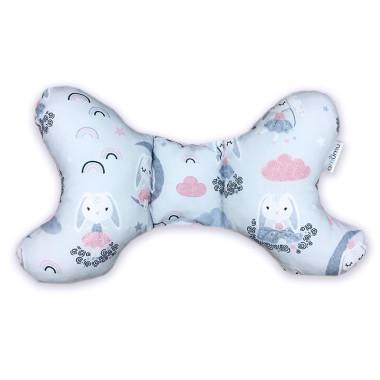 Poduszka antywstrząsowa w kształcie motylka z wysokogatunkowej bawełny z przepięknym wzorem w Bajeczne Króliczki oraz minky różowe w gwiazdki.