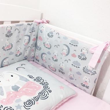 Ochraniacz na szczebelki do łóżeczka, wykonany z certyfikowanej bawełny, z nadrukiem cyfrowym w Bajeczne Króliczki oraz minky różowe w gwiazdki.