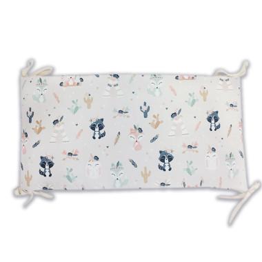 Ochraniacz na szczebelki do łóżeczka, wykonany z certyfikowanej bawełny, z nadrukiem cyfrowym ze wzorem w boho zwierzaki oraz miękkiego, pikowanego velvetu w białym kolorze.