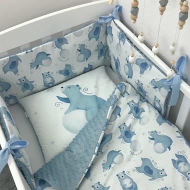Ochraniacz na szczebelki do łóżeczka, wykonany z certyfikowanej bawełny, z nadrukiem cyfrowym ze wzorem w Nocne Misie oraz miękkiego minky w błękitnym kolorze.