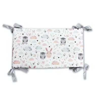 Ochraniacz na szczebelki do łóżeczka, wykonany z certyfikowanej bawełny, z nadrukiem cyfrowym ze wzorem w sowy i króliczki oraz miękkiego minky w srebrnym kolorze.