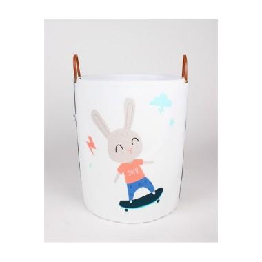 Biało szary pojemnik/kosz na zabawki/akcesoria do pokoju dziecka z króliczkiem na deskorolce.