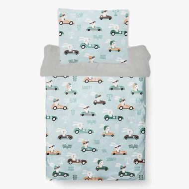 Wyjątkowy komplet pościeli dziecięcej Wyścigowy Królik, wykonany z tkaniny bawełnianej z cyfrowym nadrukiem z króliczkami w autach.