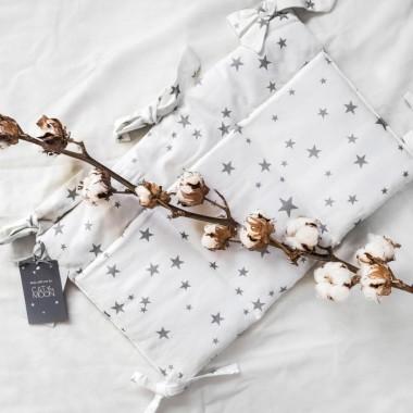Piękny, klasyczny, przybornik na łóżeczko, niezbędny przy codziennej pielęgnacji malucha. Pomaga zapanować nad ogromem rzeczy niezbędnych do pielęgnacji maluszka i sprawia, że wszystkie potrzebne drobiazgi są pod kontrolą.