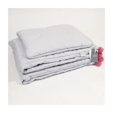 Szara pościel dla niemowląt do łóżeczka lub kosza Mojżesza z poduszką w kształcie misia , wypełnieniem i różowymi pomponami.