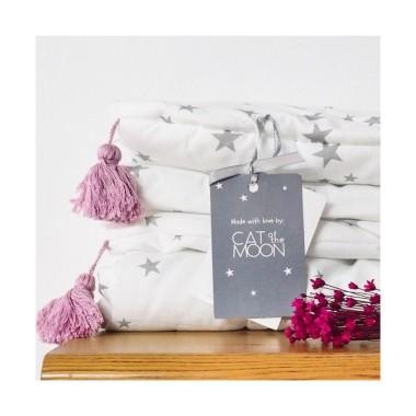 Biała pościel w gwiazdki do łóżeczka dla dzieci i niemowląt. Bezpieczna i antyalergiczna pościel z różowymi frędzlami.