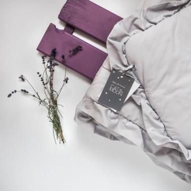Szara pościel do łóżeczka dziecięcego/niemowlęcego z wypełnieniem i za falbanką.