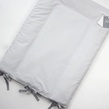 Pokrowiec na matę do przewijania, uszyty został z 100% bawełny, dzięki temu maluch podczas przewijania znajduje się na komfortowym, bawełnianym podłożu.
