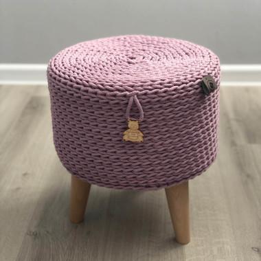 Różowy taboret wykonany ręcznie ze sznurka z drewnianymi nogami-styl skandynawski