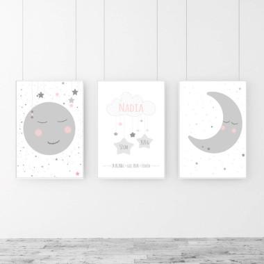 Zestaw 3 plakatów z księzycem i gwiazdkami do pokoju dziecka. Biało-szare plakaty z różowymi dodatkami. Pokój dziewczynki.