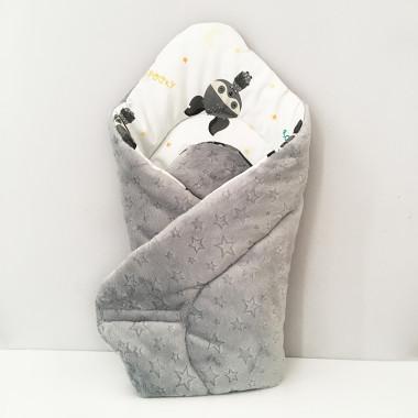 Dwustronny rożek niemowlęcy wykonany z wysokiej jakości bawełny w urocze nietoperze oraz miękkiego i miłego w dotyku minky w srebrnym kolorze w gwiazdki.