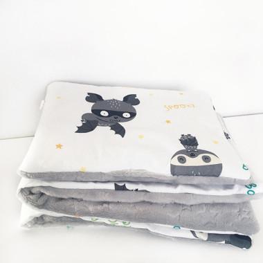 Wyjątkowy komplet pościeli, wykonany z wysokogatunkowej bawełny z pięknym wzorem w szare nietoperze oraz minky w gwiazdki w srebrnym kolorze.