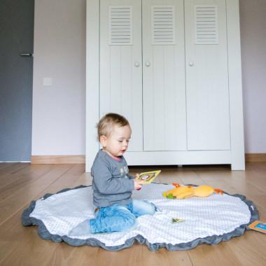 Sprytna okrągła, duża mata do zabawy, która jest też workiem na zabawki. Biało szary worek na zabawki.