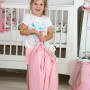 Piękna różowa w kwiaty mata do zabawy dla dziecka, która po sciągnięciu służy jako worek na zabawki.