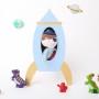 Drewniana półka do pokoju dziecka w kształcie rakiety w kolorze niebieskim