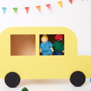 Półka do pokoju dziecka w formie żółtego samochodu.
