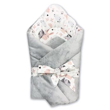 Dwustronny rożek niemowlęcy (becik) wykonany z wysokiej jakości bawełny w sowy i króliczki oraz miękkiego i miłego w dotyku minky w srebrnym kolorze.