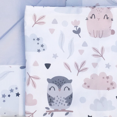 Wyjątkowy organizer do łóżeczka w jasnoszarym kolorze, z kieszonkami we wzór sowy i króliczki. Organizer posiada 3 kieszonki i jest wiązany na troczki.