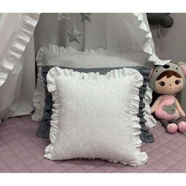Piękna podusia została wykonana z białej, haftowanej bawełny i wykończona falbanką.