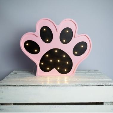 Oryginalna drewniana lampka w kształcie Łapki to pomysł na dodatkowe oświetlenie do pokoju dziecięcego.