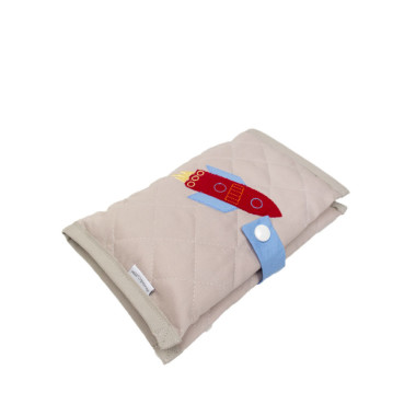 Bardzo praktyczne i przydatne na spacerach i w podróży. Etui na zapasowe pieluszki i chusteczki wykonane z pikowanej tkaniny.