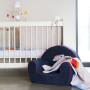 """Karuzela do łóżeczka niemowlęcego, na drewnianym stelażu, z obrotową pozytywką ukrytą pod kolorowym """"kapturkiem""""."""