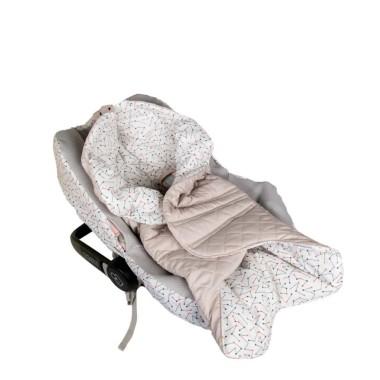 Praktyczny otulacz/śpiworek do fotelika samochodowego. Pikowany z zewnątrz, od środka miękka, dzianinowa wyściółka.