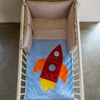 Komplet pościeli z naszytą rakietą: 1) poszewka na kołdrę 120×90 cm (na łóżeczko 120×60 cm), poszewka na poduszkę 60×40 cm 2) poszewka na kołdrę 135×100 cm (na łóżeczko 140×70 cm), poszewka na poduszkę 60×40 cm, Wzór świetnie sprawdzi się także w sypialni większego dziecka lub rodziców. Na życzenie możemy wykonać pościel w rozmiarze 200×150 lub innym indywidualnie wybranym – prosimy wtedy o kontakt mailowy w celu ustalenia szczegółów (kontakt@muzpony.pl) Pościel została wykonana z tkanin posiadających atest OEKO-TEX® Standard 100. Skład pościeli: 100% bawełna Pościel zapinana na suwak.