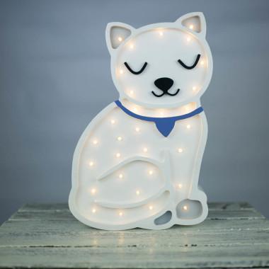 Urocza drewniana lampka w kształcie Kotka została zaprojektowana i ręcznie wykonana w naszej pracowni. Lampa pięknie się prezentuje w pokoju dziecka .