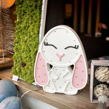 Niezwykła drewniana lampka w kształcie Króliczka to pomysł na dodatkowe oświetlenie do pokoju dziecięcego.